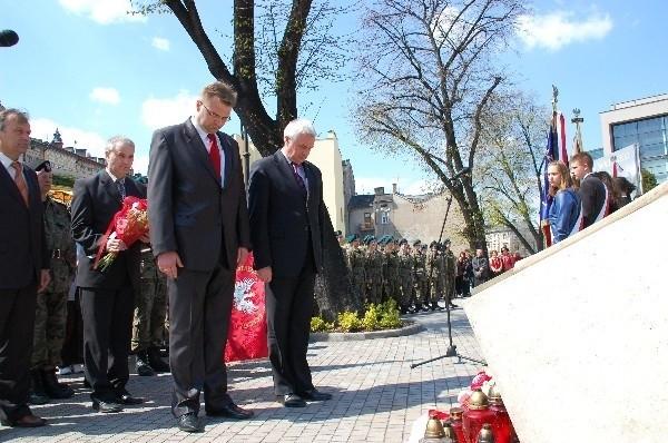 Prezydent Przemyśla Robert Choma i przewodniczący Rady Miejskiej Rafał Oleszek złożyli kwiaty przed tablicą poświęconą Związkowi Walki Czynnej.