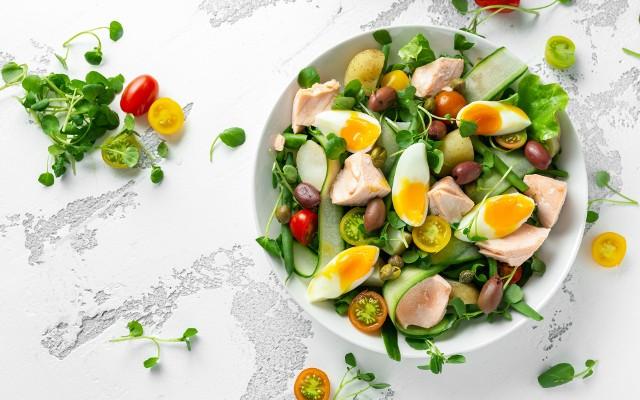 Jajka są źródłem wzorcowej jakości białka, więc ich dodatek do sałatki zmienia lekkie danie w pełnowartościowy posiłek.