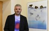 """Tomasz Bocheński wraca do rodzinnego Nowego Sącza wystawą """"Title"""". Mistrz gazetowych okładek tu rozpoczynał swoją karierę [ZDJĘCIA]"""
