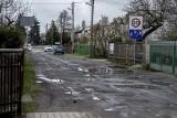 """Dziury w drodze gruntowej na Podolanach w Poznaniu załatali... asfaltem. Po trzech tygodniach ulica znów jest """"podziurawiona"""""""