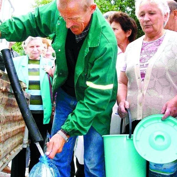 Pani Scholastyka Michałowska na wodę z beczkowozu czekała wczoraj na placu Wolności. - Bez wody nie da się żyć. To prawie jak na wojnie! - mówi pani Michałowska.