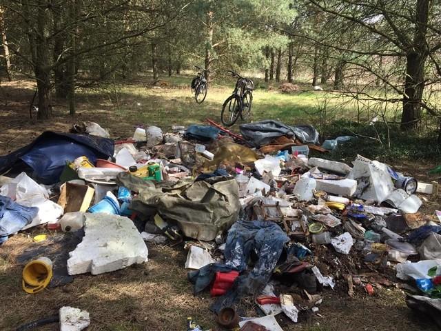 Śmieci znaleziono w lesie pomiędzy wsiami Górzykowo a Nowy Świat.