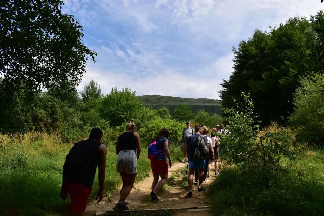 W sobotę na bieszczadzkich szlakach było tłoczno i gwarno. Mimo nie najlepszej aury, setki turystów wyruszyło wysoko w góry. Niestety wyprawę popsuł padający deszcz. N/z Szlak na Połoninę Caryńską.