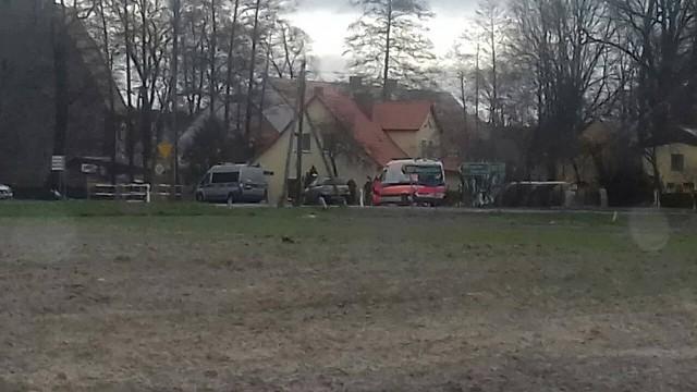Do potrącenia doszło we wtorek, 19 marca, w Niwiskach na ul. Żagańskiej, w rejonie szkoły. 63-latek jechał rowerem. Ze skrzyżowania wyjeżdżała kierująca fiatem. Najprawdopodobniej nie zauważyła rowerzysty i potrąciła go. Siła uderzenia była na tyle duża, że 63-latek został kilka metrów przewieziony na masce auta. Potem upadł na asfalt.Zderzenie dwóch samochodów. Ranna kobieta w ciąży [ZDJĘCIA];nfKaretka pogotowia zabrała rannego 63-latka do szpitala. Ma podejrzenia złamań. Na miejscu są policjanci z zielonogórskiej drogówki. Trwa ustalanie jak doszło do wypadku.Zobacz też wideo: Niemal stu policjantów pracowało przy rozbiciu narkotykowego gangu, który działał na terenie kilku województw.