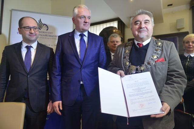 Minister Jarosław Gowin (w środku) podpisał decyzję o utworzeniu kierunku lekarskiego na Uniwersytecie Technologiczno - Humanistycznym w Radomiu.