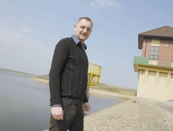 - Zaczęliśmy już opróżniać zbiornik - mówi Jarosław Bencal z...