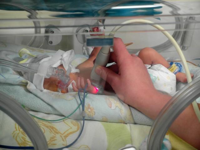 Wirus RSV co roku atakuje prawie 90 proc. wcześniaków, powodując niewydolność oddechową, wymagającą stosowania wentylacji mechanicznej. Jest przyczyną zagrożenia życia.