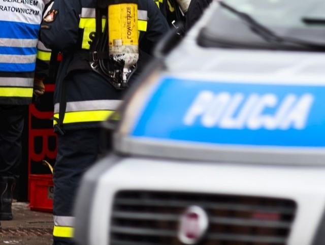 Policjanci wspólnie ze strażakami ewakuowali zagrożonych pożarem, w grupie tej znalazło się także dziecko.