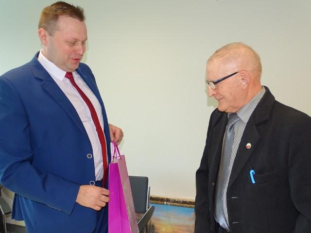 Kazimierz Stochel ( z prawej) gratuluje prezesury Wojciechowi Domagale.