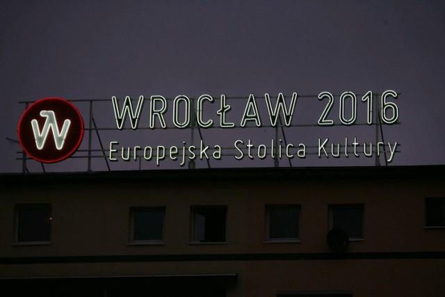 Neon ESK 2016 naprzeciwko dworca Głównego we Wrocławiu