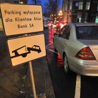 Najpierw pojawił się znak zakazu, potem koperty. Teraz na sporej części ul. Bankowej zaparkują wyłącznie klienci Alior Banku.