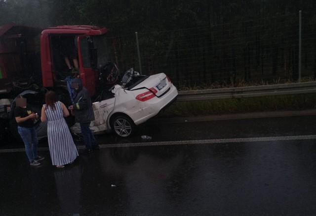 Wasilków. Wypadek śmiertelny na DK19. Mercedes wbił się pod ciężarówkę