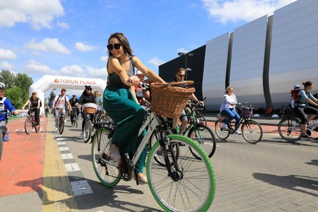 W Toruniu coraz więcej osób decyduje się zamienić samochód na rower