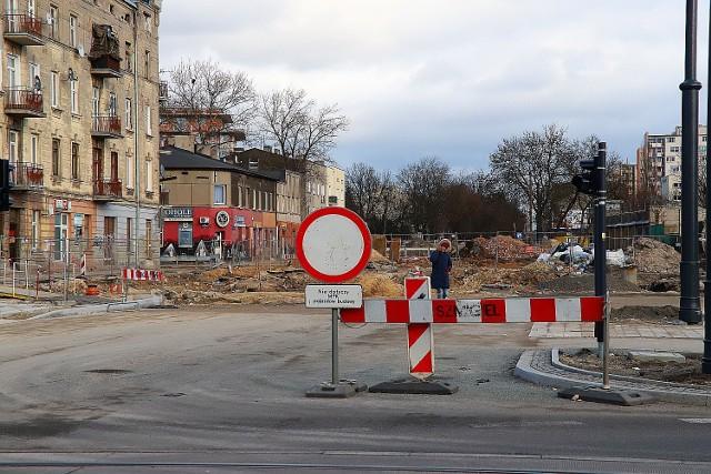 Trwa remont ulicy Dąbrowskiego na odcinku od alei Śmigłego Rydza do ul.Kilińskiego. Prowadzone są tu prace wodno kanalizacyjne i przygotowania pełnej infrastruktury podziemnej konieczne do zbudowania nowej jezdni i torowiska w ramach projektu Tramwaj dla Łodzi.