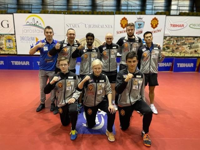 Pamiątkowe zdjęcie drużyny, która w sezonie 2020/21 zdobyła brązowy medal.