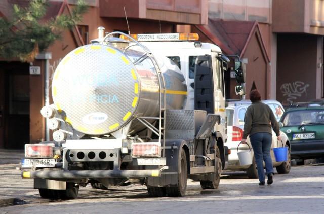 Zdjęcie ilustracyjne. Mieszkańcom bloków Alei Poprzecznej wodę dostarczać będą przez kilka dni beczkowozy