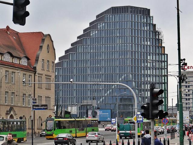 Z biurowca Bałtyk zniknęły rusztowania. Nowy biurowiec w centrum Poznania ukazał się poznaniakom w pełnej krasie. Jednych ten widok zachwyca, innych oburza. Jedno jest pewne - obok Bałtyku nie można przejść obojętnie. Budynek jest widoczny z wielu miejsc w Poznaniu i z każdej strony wygląda inaczej! Przekonajcie się sami.Przejdź do kolejnego zdjęcia --->
