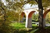Zabytkowy most nad rzeką Borują w jesiennej odsłonie. Są też kłódki miłości