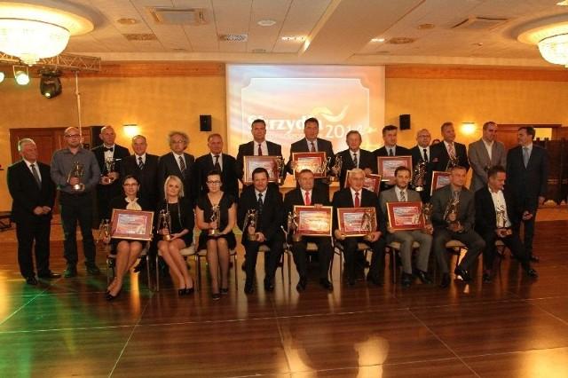 Dziewiętnastu laureatów nagrody Skrzydła 2014 i kapituła konkursu na scenie Hotelu Best Western w Kielcach