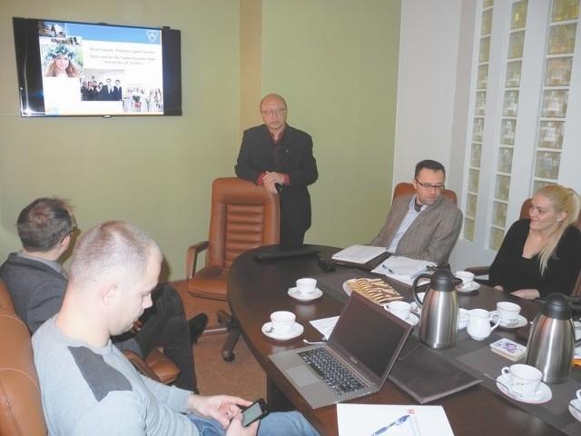 Wsparcie transgranicznej przedsiębiorczościNa spotkaniu w Białymstoku prof. Tchon Li prezentował możliwości i bogate międzynarodowe doświadczenia projektowe uniwersytetu w Grodnie. To trzecia pod względem wielkości uczelnia Białorusi.