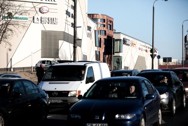 My także postanowiliśmy sprawdzić, jak wygląda ruch w tym miejscu. W weekend największe korki tworzyły się popołudniami, a więc w czasie, gdy najwięcej osób wybiera się na zakupy. Informacje o dużych utrudnieniach przy rondzie Kujawskim częściowo potwierdzają również sami drogowcy, którzy bardziej wzmożony ruch zauważyli przed świętami. - Był on spowodowany ogólnym wzrostem natężenia ruchu na bydgoskich ulicach o około 20 procent o czym informowaliśmy na portalu systemu ITS oraz tablicach informacji drogowej - wyjaśnia Wojciech Nalazek, naczelnik wydziału inżynierii ruchu w zarządzie dróg miejskich.Największe korki występowały na północnym pasie alei Wojska Polskiego, z którego korzystają kierowcy, aby wjechać na parking Zielonych Arkad. -  Pojazdy wjeżdżające do tego centrum blokowały okresowo jeden z pasów ruchu w kierunku ronda Kujawskiego - przyznaje Wojciech Nalazek.Drogowcy obiecują również, że cały czas czuwają nad sytuacją na tym obszarze.