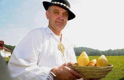 Prawdziwego oscypka najlepiej kupować w bacówce - mówi Kazimierz Furczoń, baca z Leśnicy Fot. Adam Wojnar