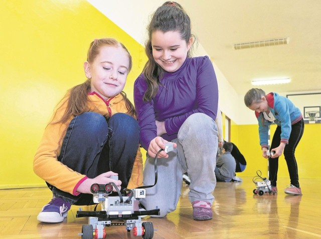 Zuzia Piotrowska (z lewej)  i Julia Walentynowicz miały w środę mnóstwo radości z powodu własnoręcznie skonstruowanego robota. W ich szkole w Tołczach odbył się Dzień Nauki.