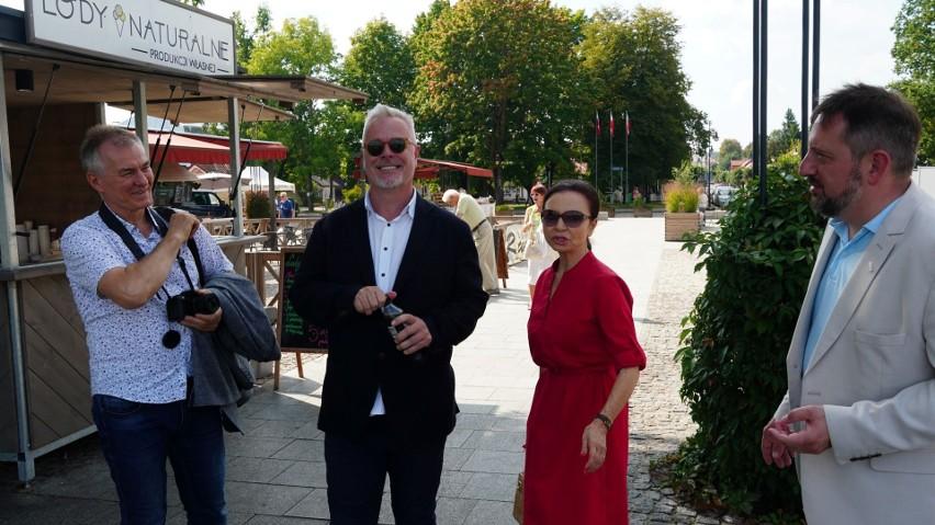 """Artyści w przerwie prób do """"Wesołej wdówki"""" odwiedzili Supraśl. Brodzińską i Znanieckiego po miasteczku oprowadził burmistrz (zdjęcia)"""
