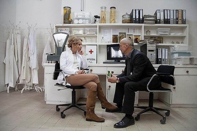 """""""Prokurator"""" odcinek 8.O świcie w jednym z warszawskich szpitali, do pokoju lekarskiego podąża pacjentka. Kiedy wchodzi do środka, mdleje. Salowa odkrywa w pokoju lekarskim zemdloną pacjentkę, a pod oknem ciało jednego z lekarzy. W trakcie śledztwa okazuje się, że lekarz był wplątany w rozdmuchaną przez media sprawę uśmiercenia nieuleczalnie chorego pacjenta. Jako poseł próbował też przeforsować ustawę o eutanazji. Choć nic mu nie udowodniono, o jego winie był przekonany syn nieżyjącego pacjenta. Czy to on zamordował lekarza? Proch i Kielak znowu wkraczają do akcji...[czytaj więcej...]Emisja: TVP2, godz. 22:05"""