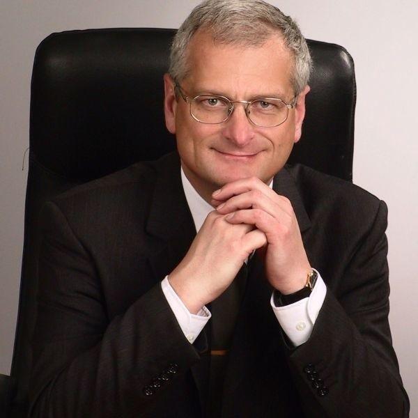 Prezes firmy Maxtel Waldemar Kryś musiał bardzo długo stać na scenie i odbierać gratulacje od zaprzyjaźnionych firm, kontrahentów i władz miejskich oraz wojewódzkich.