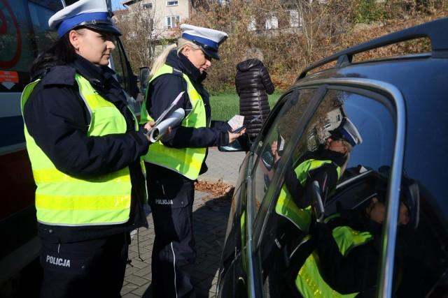 Policja nadal kontroluje trzeźwość kierowców, choć odbywa się to tylko przy wykorzystaniu jednorazowych ustników na alkomatach