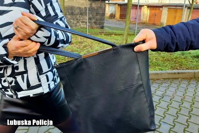 Napastnicy próbowali wyrwać kobiecie torebkę