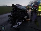 Tragiczny wypadek pod Gnieznem. 62-latek zginął po czołowym zderzeniu dwóch aut. Drugi kierowca w szpitalu