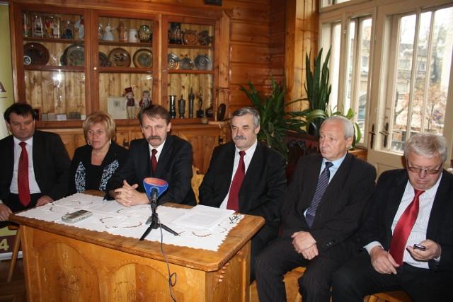 Po tym, jak Andrzej Gąsienica Makowski (trzeci od prawej) stracił pracę w starostwie, zatrudnili go wójtowie Kościeliska (pierwszy z prawej) i Poronina (drugi z prawej). Z kolei Andrzej Skupień (trzeci z lewej) pracuje teraz u wójta Bukowiny (pierwszy z lewej)