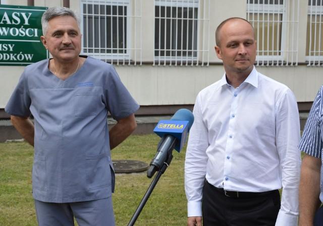 Zdjęcie z sierpnia 2020 roku, kiedy Grzegorza Czajka (z prawej) otrzymał stanowisko pełniącego obowiązki dyrektora specjalistycznej przychodni i  szpitala, z lewej doktor Andrzej Komsa – zastępca dyrektora do spraw lecznictwa