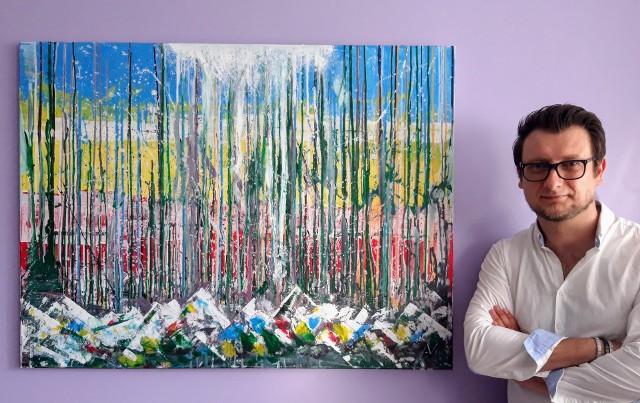 """Adam Neczyperowicz, artysta z Białegostoku, namalował obraz na rzecz Caritas. To abstrakcja """"Front Atmosferyczny"""", wykonana akrylami na płótnie, o rozmiarze 90 na 120 cm. Przekaże ją darczyńcy, który zechce wesprzeć budowę Arki najwyższą kwotą."""