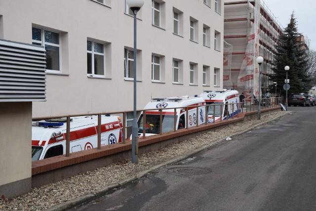 Karetki ustawiają się przed wjazdem na szpitalny oddział ratunkowy w Zielonej Górze.
