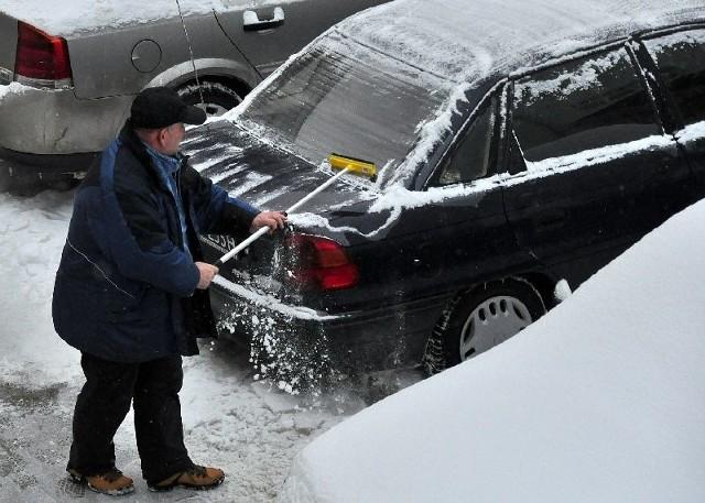 Jeśli tylko śnieg zalega na samochodzie można go bez problemu usunąć zmiotką. Gorzej, kiedy auto pokrywa jeszcze warstwa lodu.