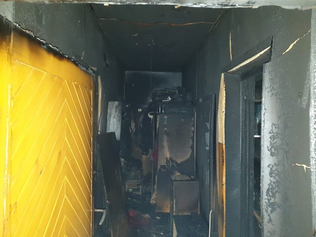 Strażaków wezwano do pożaru budynku mieszkalnego. Po przyjeździe na miejsce zdarzenia zastali tlące się elementy wyposażenia w trzech pomieszczeniach budynku. Mieszkańcy byli poza budynkiem. Nie było osób poszkodowanych ani dodatkowych zagrożeń. - Ratownicy zabezpieczyli i oświetlili miejsce zdarzenia - mówi st.kpt. Tomasz Guzek, oficer prasowy KP PSP w Chełmnie. - Po odłączeniu głównego wyłącznika prądu elektrycznego zasilającego budynek strażacy w aparatach ochrony układu oddechowego sprawdzili pomieszczenia objęte pożarem. W jednym z pomieszczeń znaleźli dwie butle propan - butan (po 11 kg), które wynieśli na zewnątrz i schłodzili. Pozostałe tlące się elementy wyposażenia wynieśli na zewnątrz i przelali wodą. W celu wykluczenia obecności ukrytych pożarów obiekt sprawdzili za pomocą pirometru i kamery termowizyjnej. Nie stwierdzili zagrożeń. O zaistniałej sytuacji poinformowali wójta gminy Chełmno.  Miejsce zdarzenia przekazali właścicielowi.Straty oszacowali na 50 tys. złotych. Działały cztery zastępy.