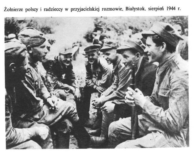 Żołnierze polscy i sowieccy. Białystok, sierpień 1944 r. Fot  z książki: Władysław Góra, Polska Rzeczpospolita Ludowa 1944-1974, Warszawa 1976.