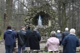 Nabożeństwo majowe przy grocie Matki Bożej na błoniach świętokrzyskich na Świętym Krzyżu. Ojcowie oblaci zapraszają [ZDJĘCIA]