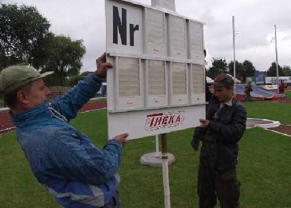 Wczoraj, na stadione trwały gorączkowe  przygotowania do memoriału. Na zdjęciu Andrzej  kminikowski i Artur Targowski podczas  montowania tablicy wyników.