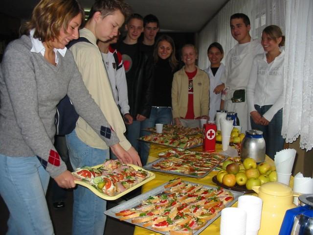 """Przygotowania do poczęstunku w """"gastronomiku""""."""