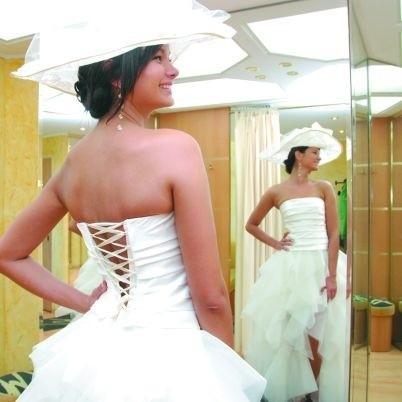 """Suknie podczas Targów Ślubnych 2008 w Klubie Rozrywki """"Krąg"""" będzie prezentować między innymi Miss Podlasia 2008 - Marta Łukiańczuk. Na zdjęciu w jednej z kreacji."""