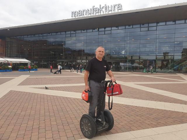 Stanisław Dobruchowski, pracownik ochrony manufaktury z zespołu ratowników przedmedycznych Manufaktury w ciągu 14 lat pracy uratował życie 30 osobom, klientom centrum. Tylko raz usłyszał podziękowania za swoją pomoc.Czytaj więcej na następnej karcie