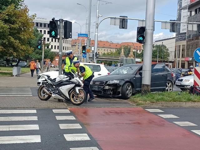 Kobieta tłumaczy, że przepuściła kilka samochodów jadących z przeciwnego kierunku, ale nie zauważyła nadjeżdżającego motocyklisty. Ranny kierowca jednośladu z potłuczeniami trafił do szpitala