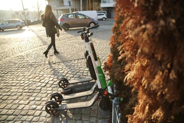 - Hulajnogi będą mogły poruszać się po chodnikach tylko wtedy, gdy nie będzie drogi dla rowerów i dopuszczalna prędkość na drodze obok chodnika będzie wyższa niż 30 kilometrów na godzinę - dodaje Weber. Pierwszeństwo na chodniku będą jednak mieli piesi.Hulajnogi w Polsce będą mogły rozpędzać się tylko do 25 kilometrów na godzinę. Ministerstwo infrastruktury chce wpisać to ograniczenie to nowych przepisów. Nie będzie za to zapowiadanego wcześniej nakazu jazdy w kasku. Podobnie jak w przypadku rowerów, kask będzie zalecany - ale nie obowiązkowy.