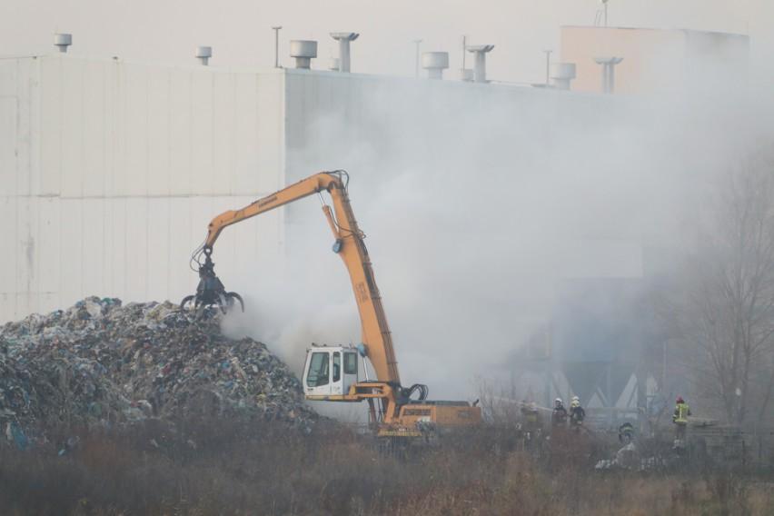 W miejscu pożaru składowane są plastiki. Ogień objął około...