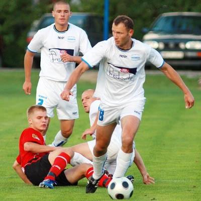 Dzidosław Żuberek (przy piłce) i jego koledzy z Freskovity mają jasny cel: wygrać dwa ostatnie mecze jesieni