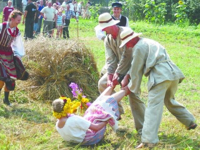 Jednym z ciekawszych zwyczajów dożynkowych, które zobaczymy w Ciechanowcu, jest oborywanie przepiórki, czyli przeciąganie dziewczyny po rżysku